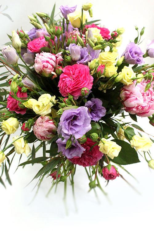букетиз пионов, эустомы и роз