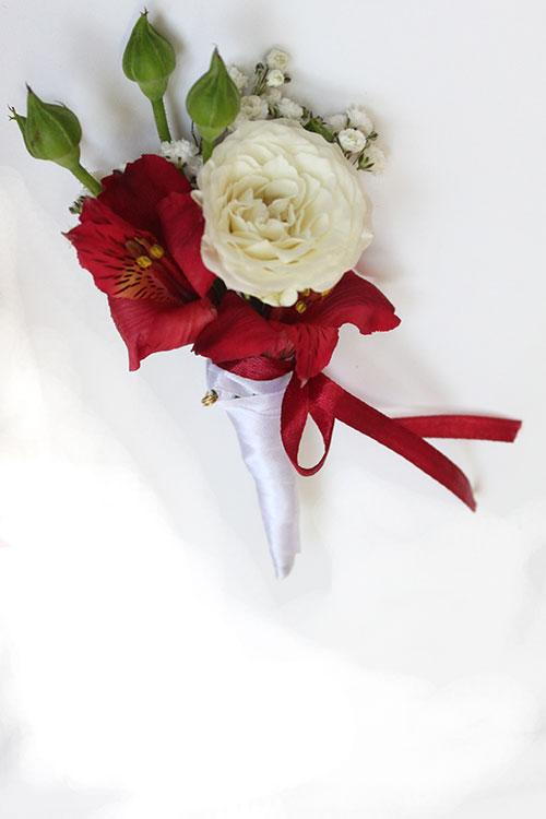 Бутоньерка жениху с альстромерией и розой.