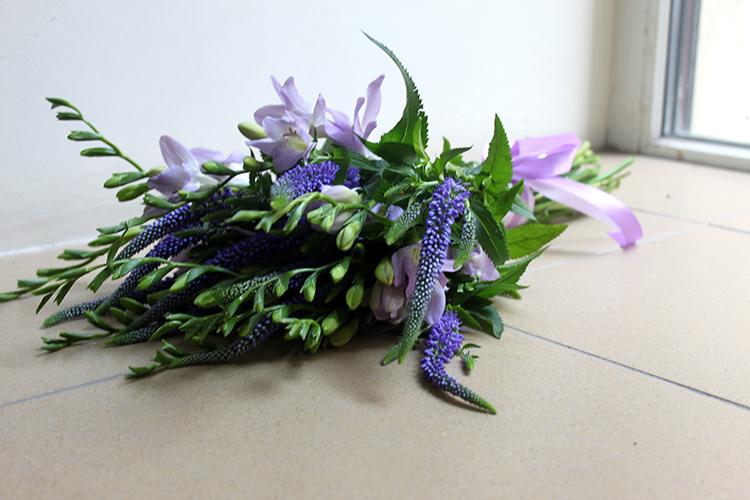 Свадебный букет невесты с вероникой и фрезией