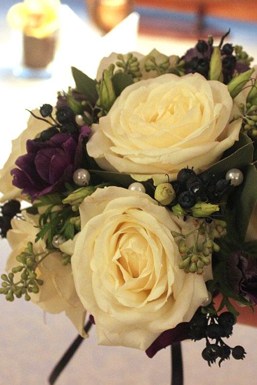 букет невесты с белыми розами