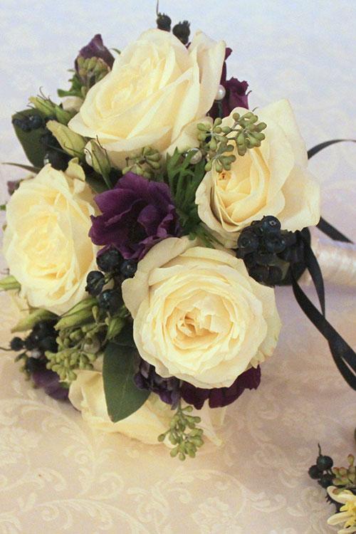 букет невесты с розами и черникой