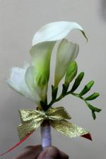 Бутоньерка -это свадебное украшение жениха.