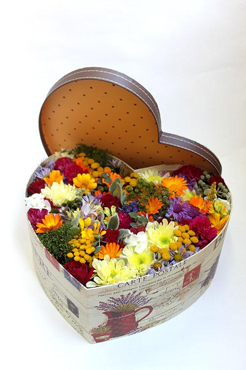 Коробка с летними цветами