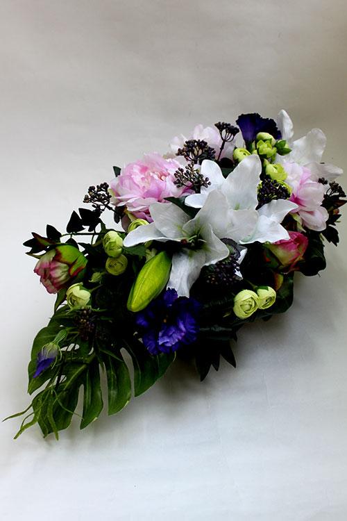 композиция из искусственных цветов с пионами, ранункулюсами, лилиями