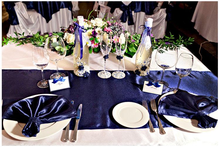Оформление стола молодоженов в бело-синем цвете