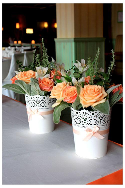 композиция из персиковых роз на стол молодоженов