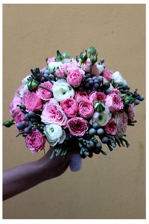 Свадебный букет с кустовыми розами и брунией