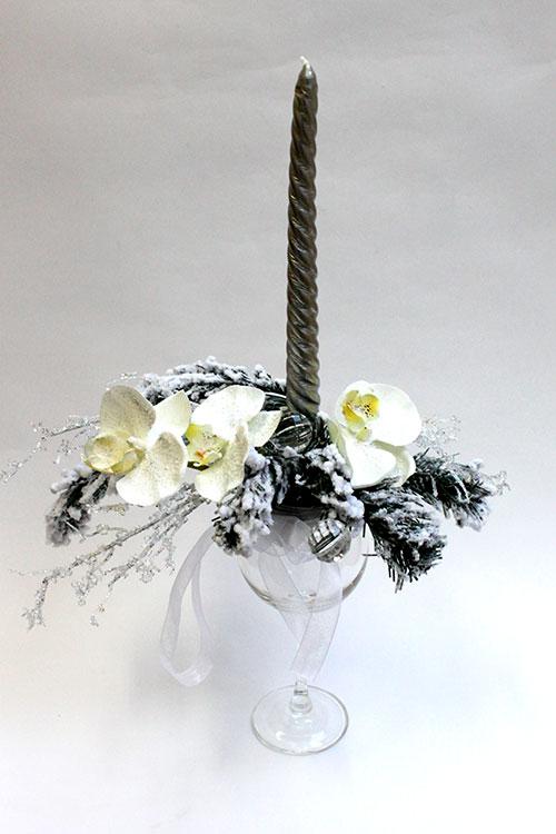 новогодняя композиция с орхидеями и свечой