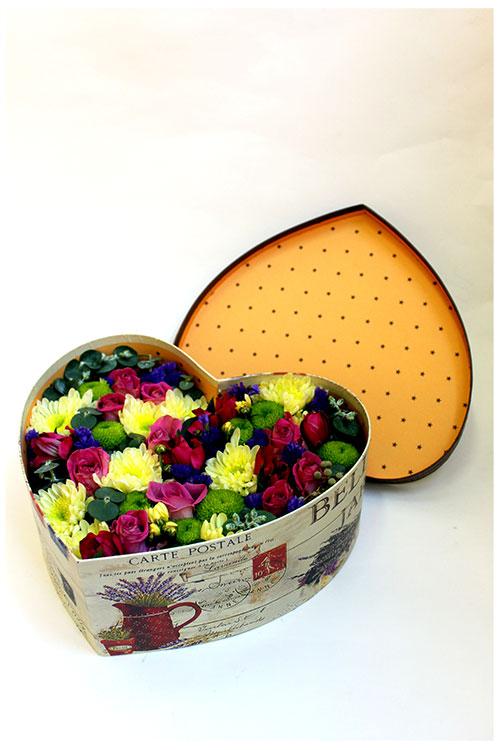 Коробка с розовыми розами и кремовыми хризантемами