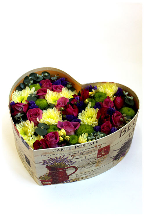 Коробка с хризантемами и розовыми розами