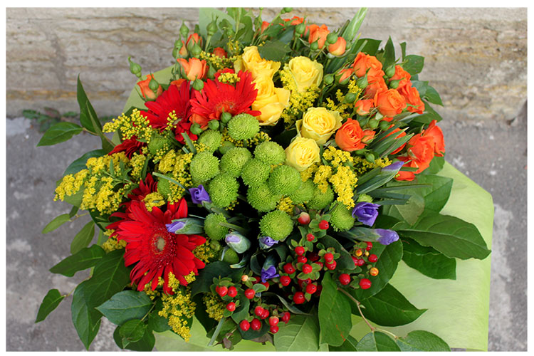 Букет с розами, ирисами, хризантемами и герберами