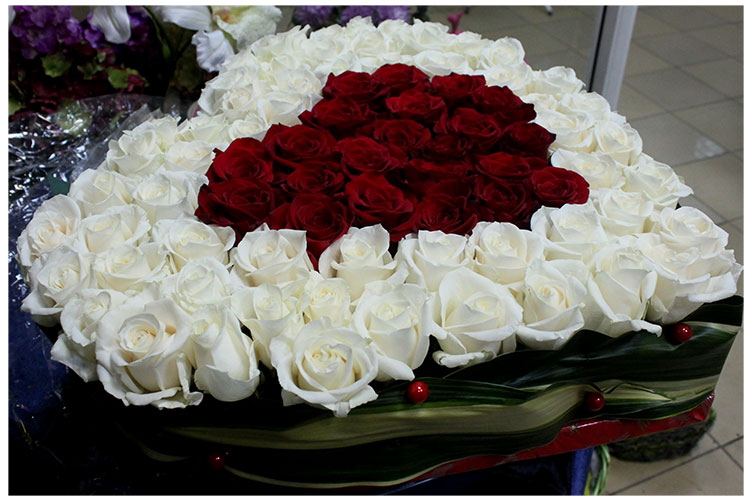 Сердце из красно-белых роз.