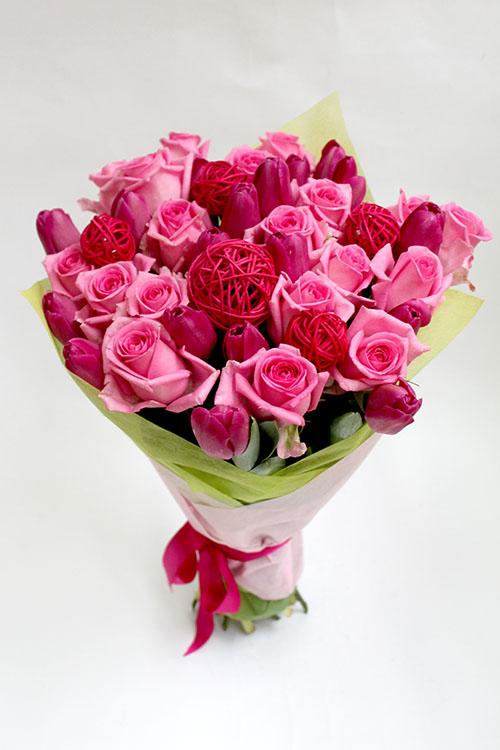 Букет из нежно-розовых роз и малиновых тюльпанов