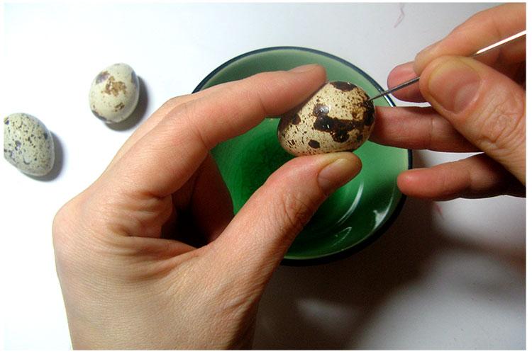 Выдуваем содержимое яиц