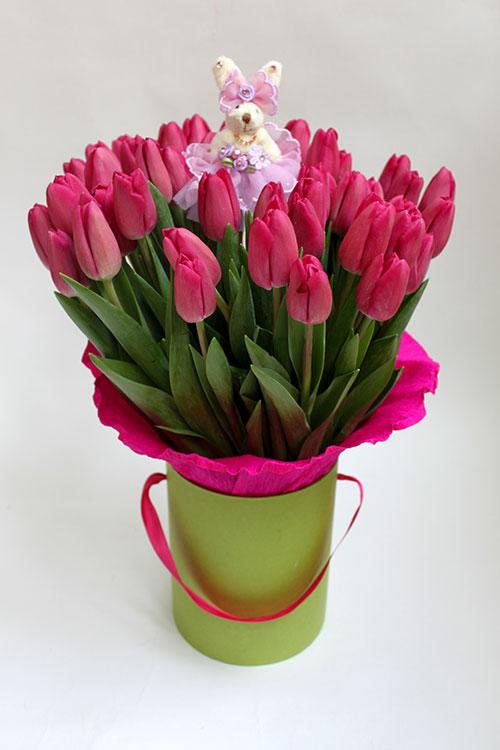 Коробка с 50 темно-розовыми тюльпанами