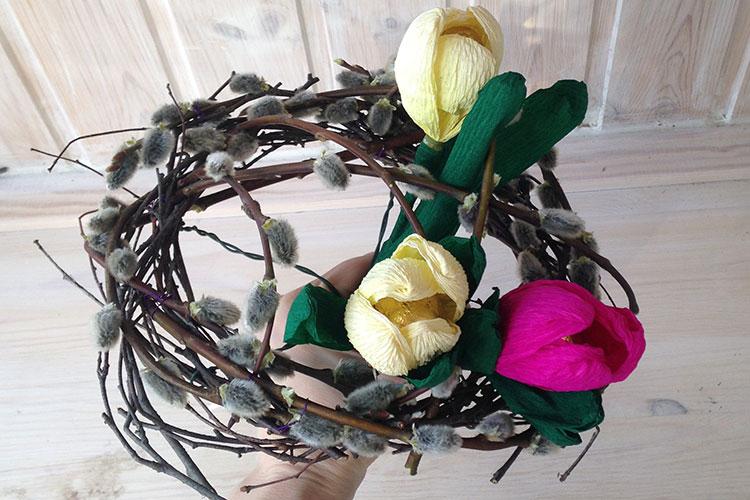 Устанавливаем в каркас цветы