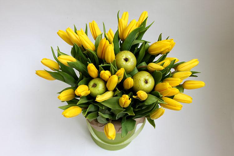 50 желтых тюльпанов в зеленой коробке