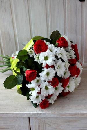Букет из кустовых хризантем и красных роз