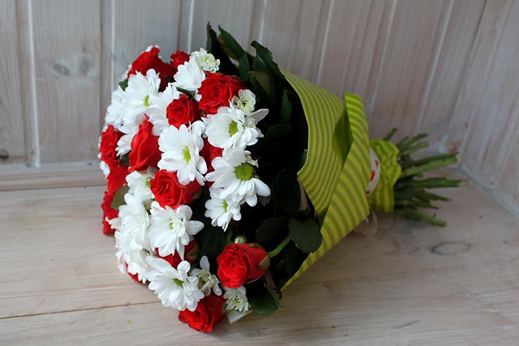 Букет с красными розами и кустовыми хризантемами