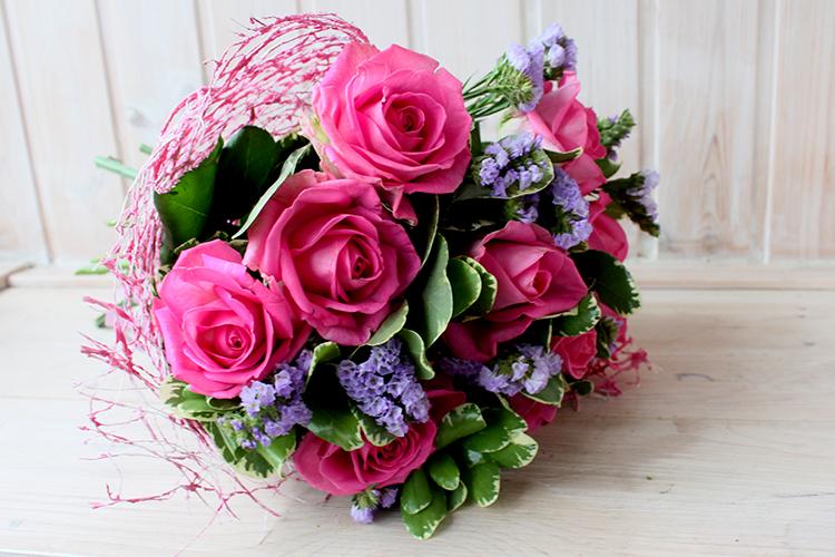 Букет с розами и сиреневой статицей