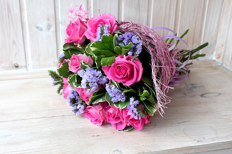 Букет с розовыми розами и сиреневой статицей