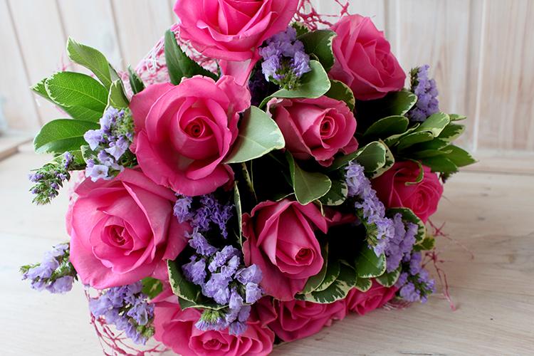Букет с сиреневой статицей и розами