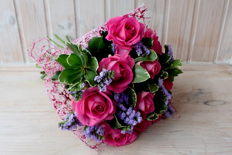 Букет с сиреневой статицей и розовыми розами