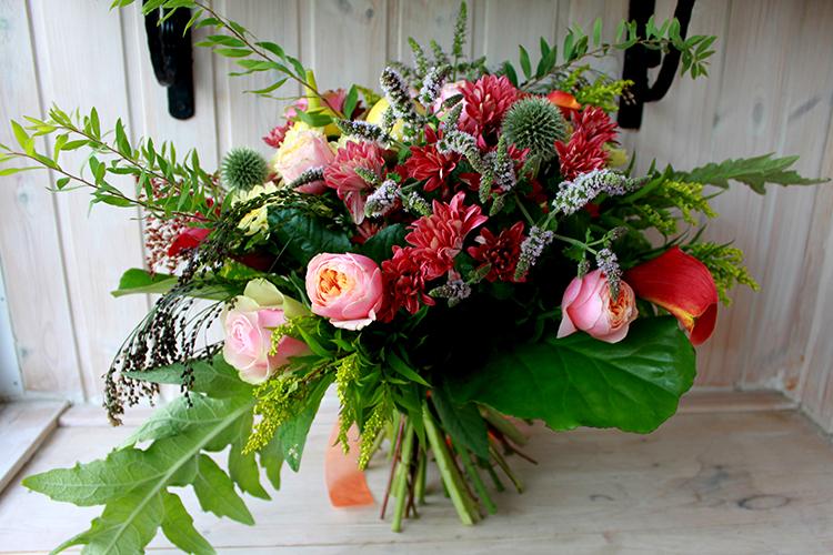 Букет с хризантемами, каллами, тыквой и розами