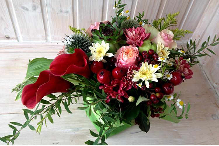 Композиция с каллами, хризантемами и розами