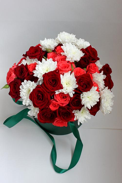 Коробка с красными, розовыми розами и хризантемами
