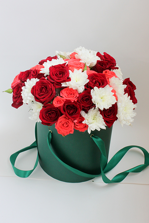 Коробка с розовыми, красными розами и хризантемами