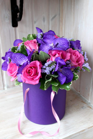 Коробка с розовыми розами и синей вандой