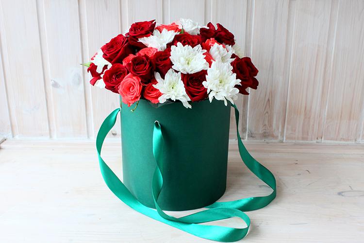 Коробка с хризантемами, красными и розовыми розами
