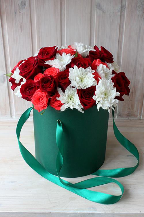 Коробка с хризантемами, розовыми и красными розами