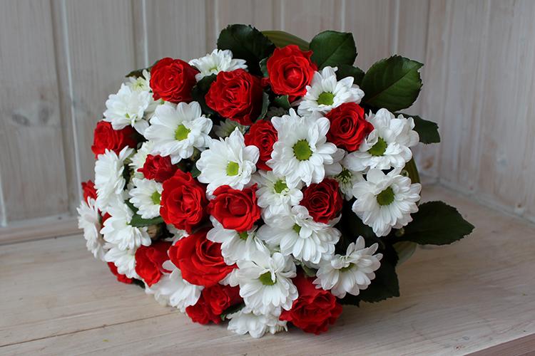 Красные розы и белые кустовые хризантемы
