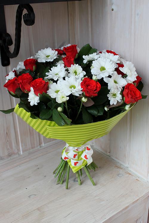 Кустовые белые хризантемы и красные розы