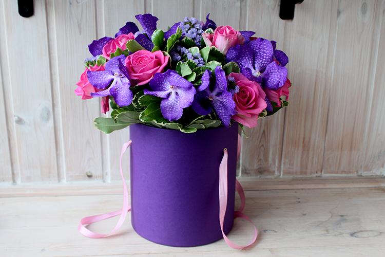 Розовые розы и синяя ванда в коробке