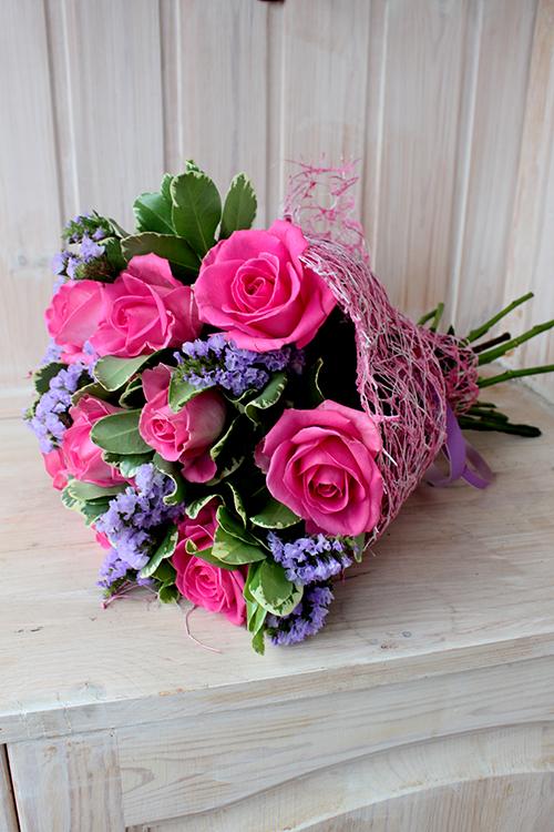 Розовые розы с сиреневой статицей