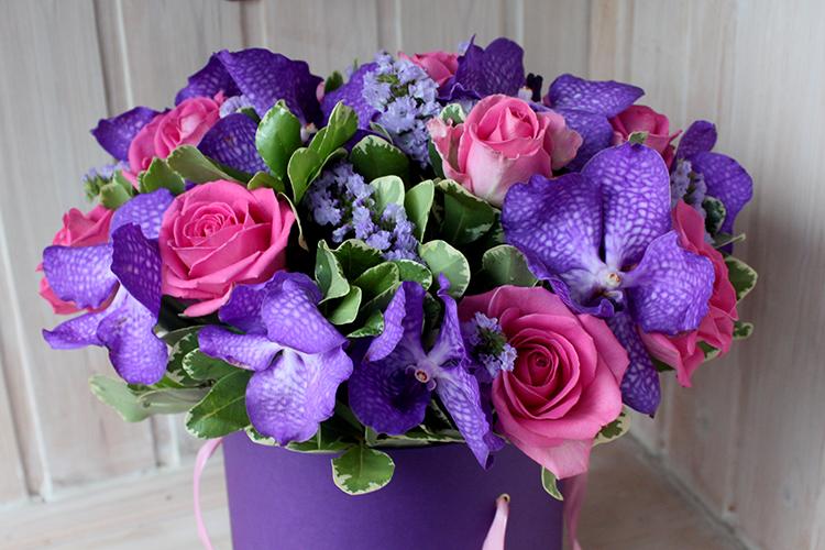 Синяя ванда и розовые розы в коробке