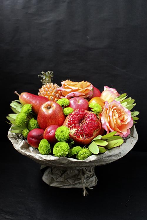 Букет из граната, ананаса и роз
