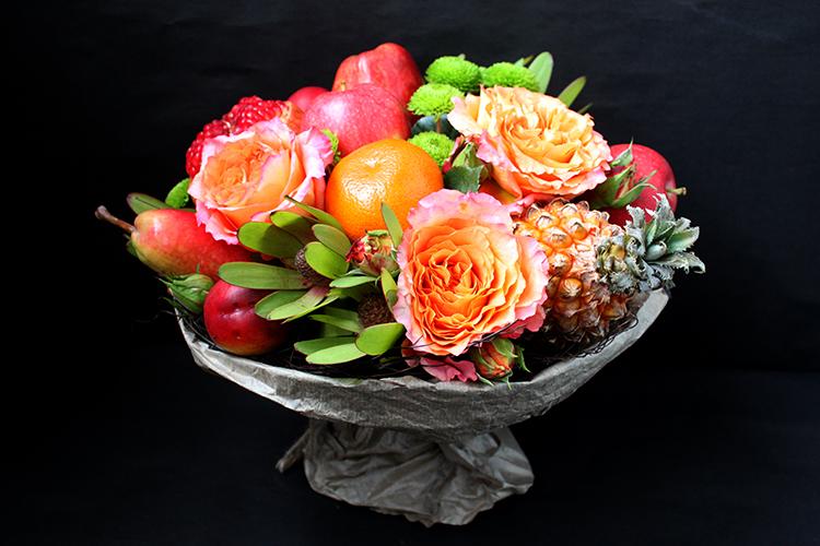 Букет из граната, роз и ананаса
