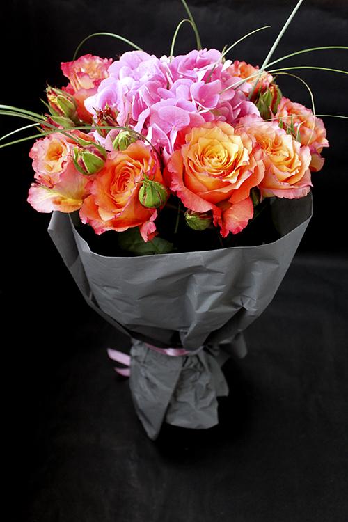 Букет из оранжевых роз и розовой гортензии.