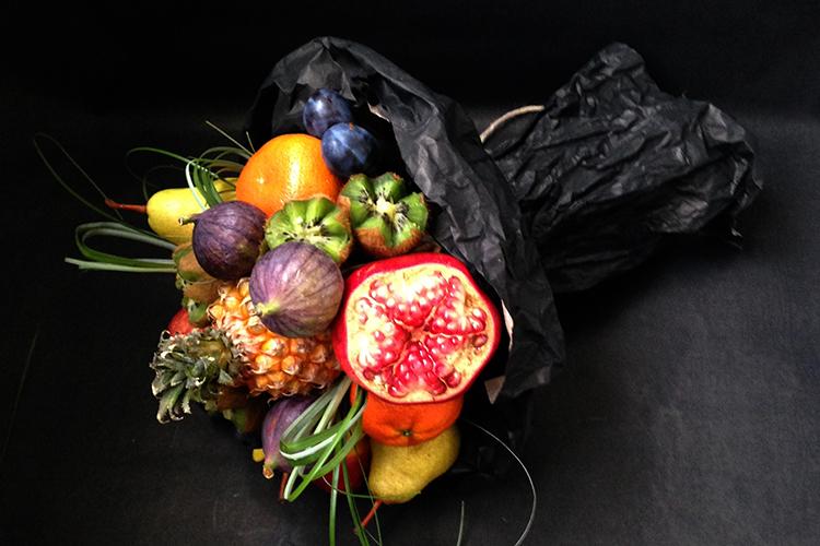 Букет из фруктов и мини-ананаса