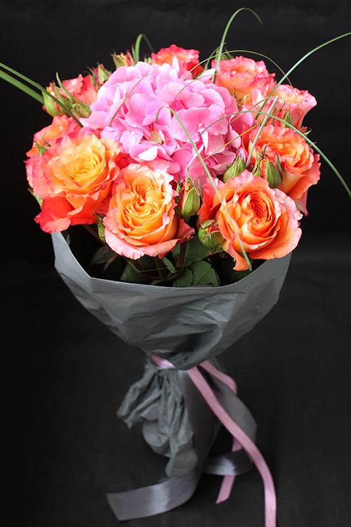 Букет оранжевых роз с розовой гортензией