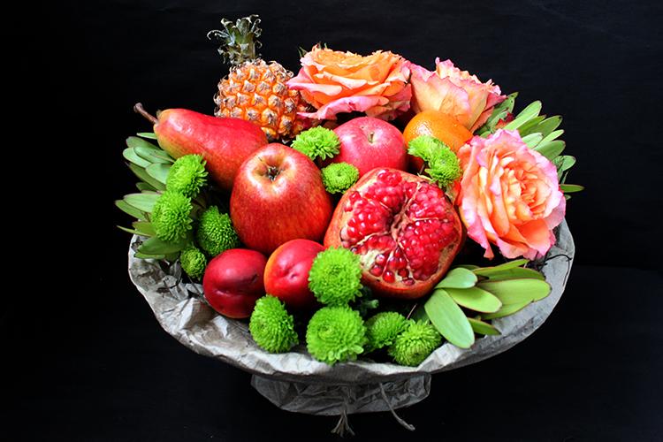 Букет с ананасом, гранатом и розами
