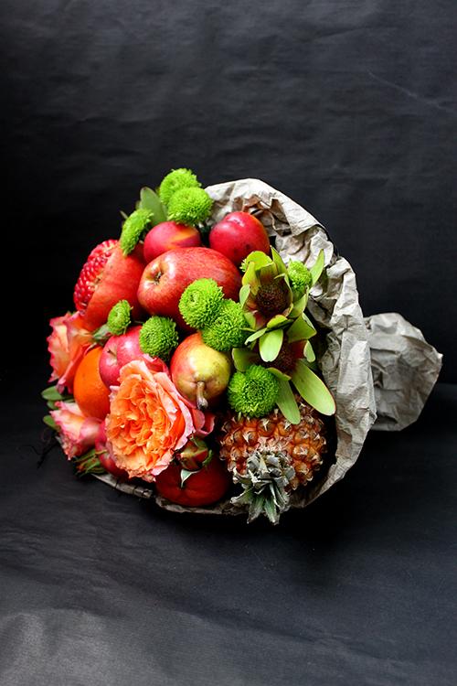 Букет с ананасом, розами и гранатом