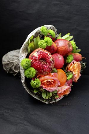 Букет с розами, яблоками и гранатом