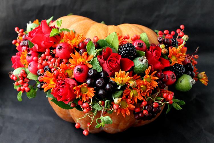Композиция в тыкве из хризантемы, роз и рябины