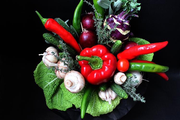 Овощной букет с перцем и кольраби