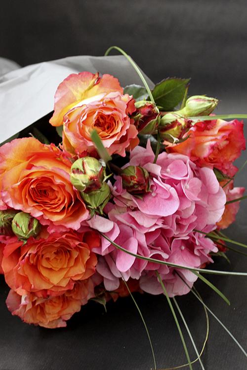 Оранжевые розы и гортензия